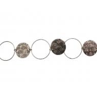 Catena formata da un anello liscio dal diametro di 25 mm. alternata ad una medaglia martellata dal diametro di 20 mm.